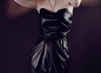 femme en robe noir pour la mode féminine