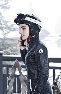 Femme qui porte une tenue de ski