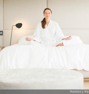 femme faisant du yoga sur le lit